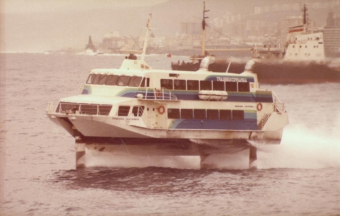 """El jet-foil """"Princesa Guayarmina"""", saliendo de Las Palmas de Gran Canaria"""