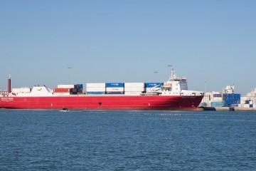 """El buque """"Volcán de Teneguía"""", a su llegada esta mañana al puerto de Cádiz"""