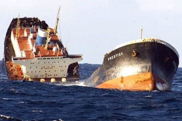 """El petrolero """"Prestige"""" se convirtió en una leyenda negra en las costas de Galicia"""