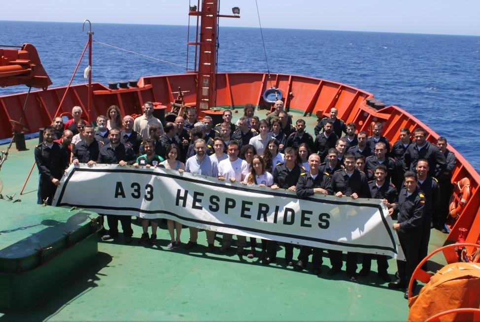 """Foto de familia de la dotación del BIO """"Hespérides"""" durante la campaña"""