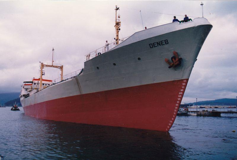 """El buque """"Deneb"""", recién salido de dique. visto por la amura de estribor"""