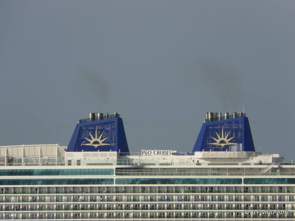 La nueva contraseña de P&O Cruises, pintada en las chimeneas del buque