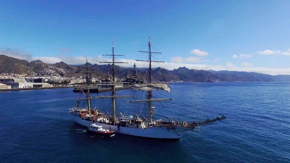 En franquía, libre de puntas, el buque-escuela puso rumbo suroeste