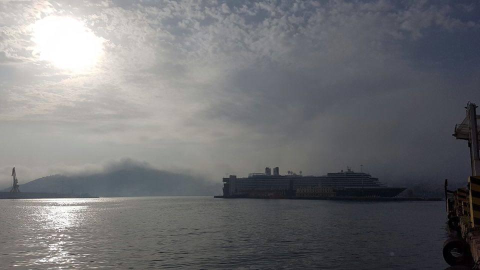 """La mañana ha amanecido con niebla en Ceuta, en la que emerge la figura del buque """"Oosterdam"""""""