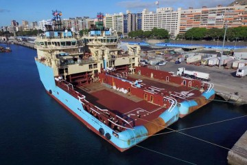 "Los buques ""Maersk Traveller"" y ""Maersk trimmer"", abarloados, en el muelle de ribera"