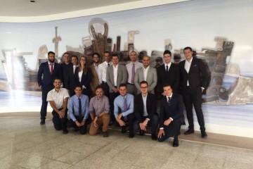 El grupo de nuevos pilotos de segunda clase de la Marina Mercante española, junto al profesor Juan Antonio Rojas Manrique