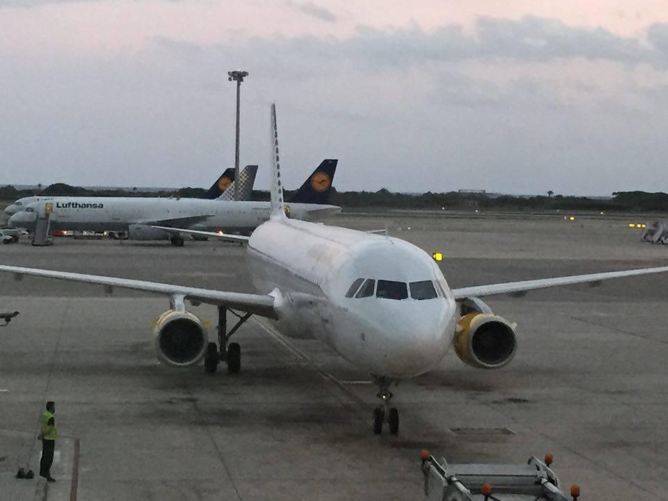 21,30 h peninsular. El avión de Vueling llega al aeropuerto de Barcelona