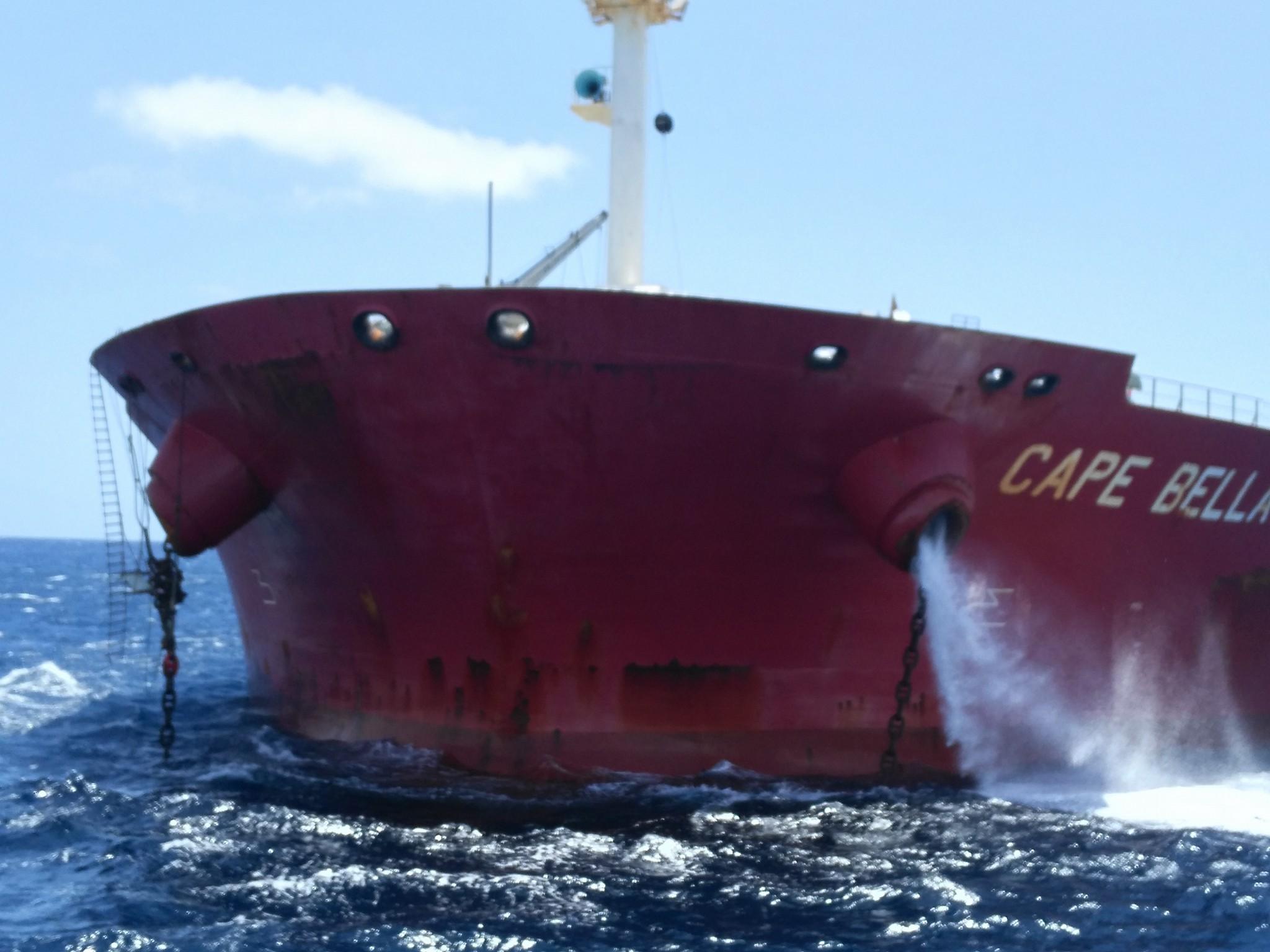 El buque está fondeado en un fondo de 62 metros