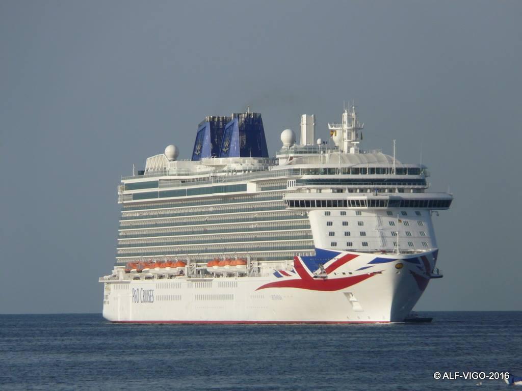 """El buque """"Britannia"""" enfila la bocana del puerto de Palma"""
