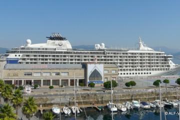 """El buque """"The World"""", atracado en el puerto de Vigo"""
