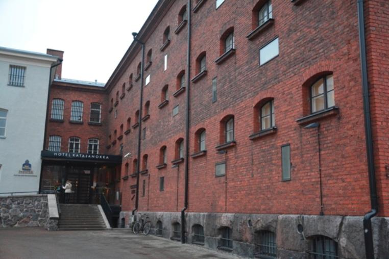 El edificio está construido en ladrillo rojo y tiene anchos muros