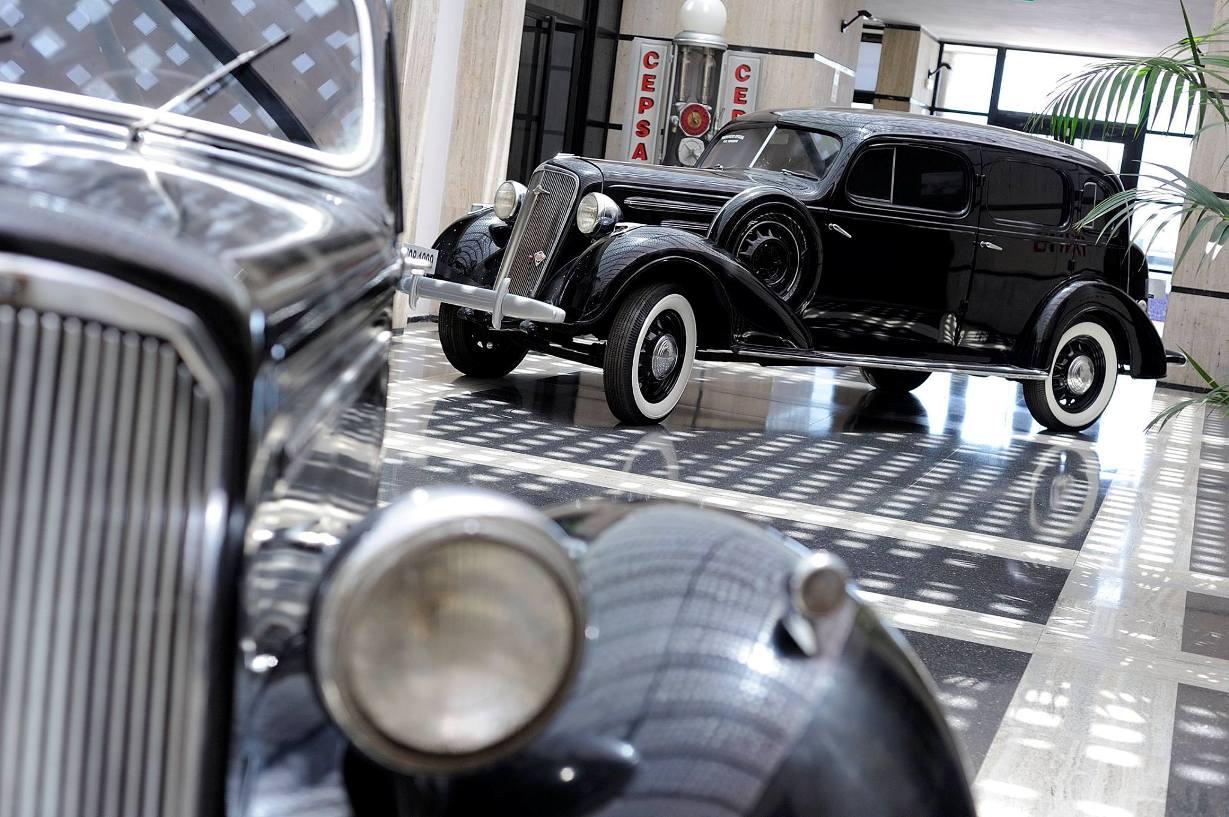 Dos coches antiguos de la JOP, entre el material expuesto