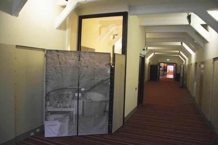 En las galerías hay paneles fotográficos con imágenes de la prisión
