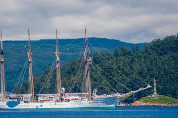 """El buque-escuela """"Juan Sebastián de Elcano"""", a su llegada a la ría de Marín"""