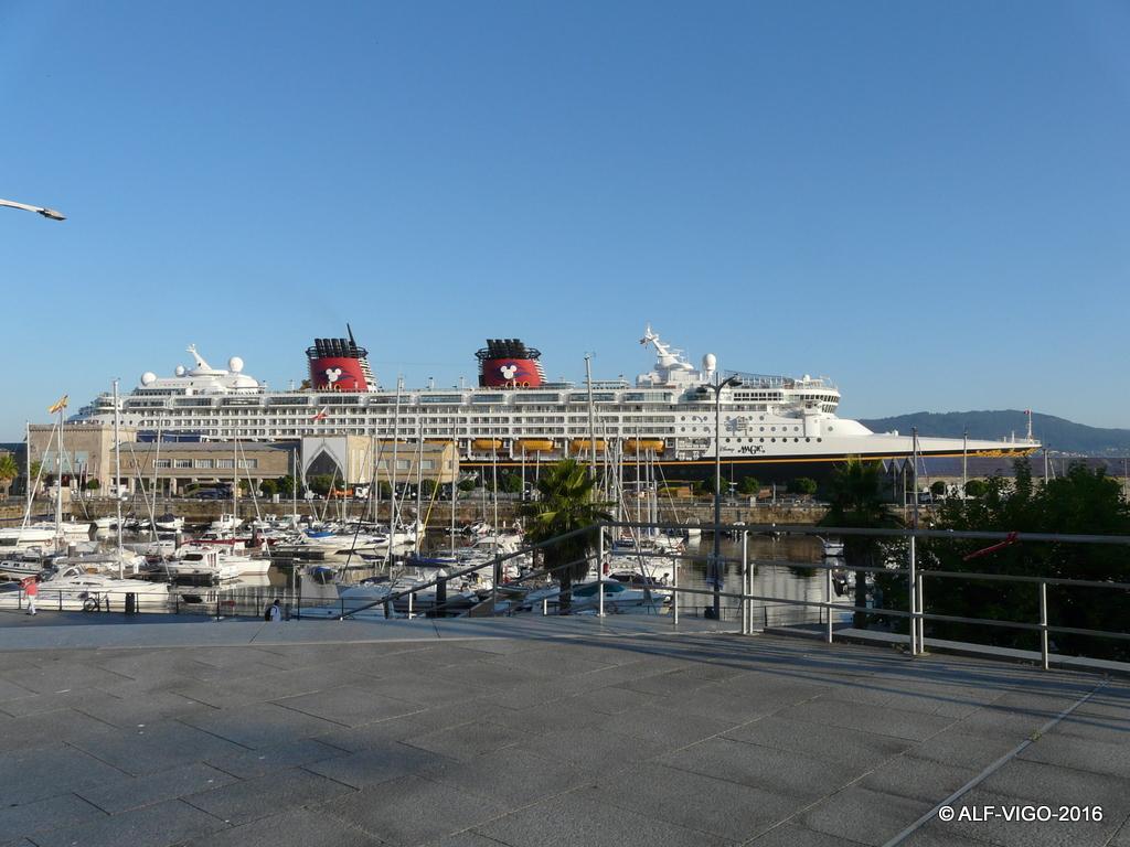 El buque y sus pasajeros fueron huéspedes durante unas horas de la ciudad de Vigo