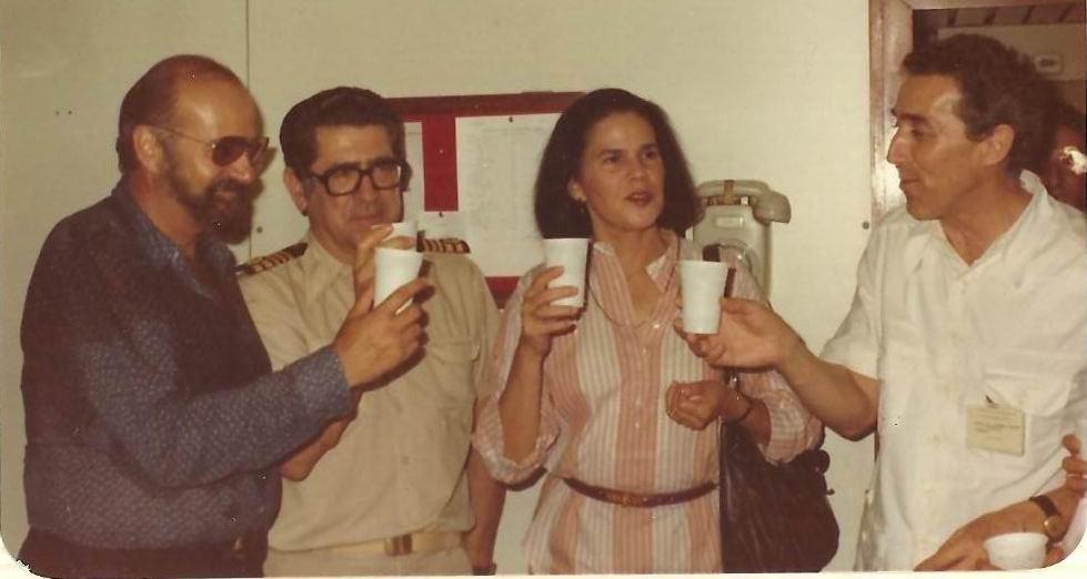 El embajador Arístegui y Violeta Charromo. En medio, el capitán Jaume