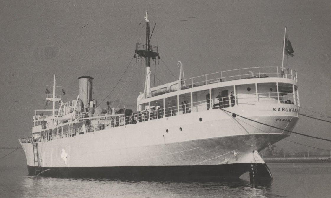 """El buque """"Karukara"""", visto de popa por el aleta de babor"""