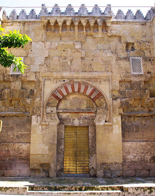La puerta de San Esteban es la más antigua y data de la antigua mezquita