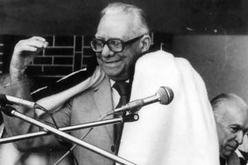 Rómulo Betancourt recibe complacido la manta esperancera