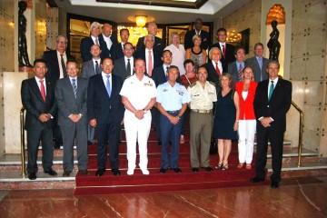 Foto de familia de los mandos de los tres Ejércitos y los miembros del Cuerpo Consular acreditado en Las Palmas de Gran Canaria