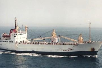 """Estampa marinera del buque """"Villaverde"""", visto en toda su eslora por estribor"""