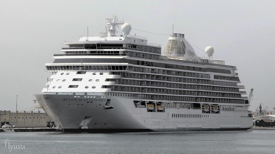 """El buque """"Seven Seas Explorer"""", visto por la amura de babor, atracado en el muelle Sur"""