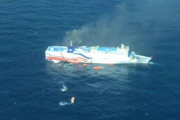 El humo sale por las chimeneas del buque siniestrado