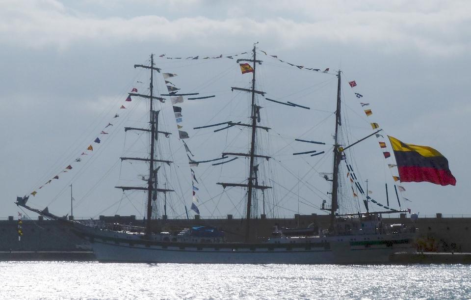 """El buque-escuela venezolano """"Simón Bolívar"""", atracado en el muelle sur del puerto tinerfeño"""