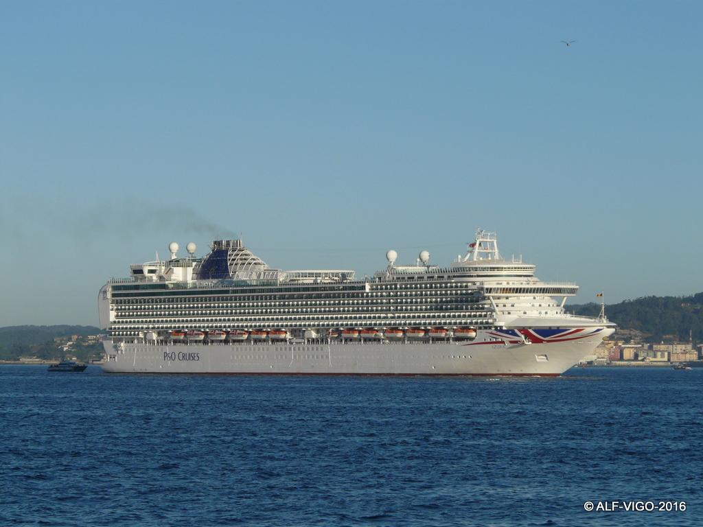 """El buque """"Azura"""" navega por la ría de Vigo"""