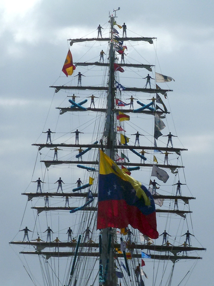 Los cadetes venezolanos en vistosa formación, destacan en la jarcia del buque