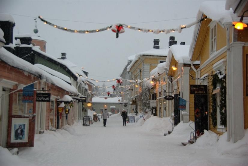 Las calles y los tejados cubiertos de nieve en el crudo invierno tienen su atractivo