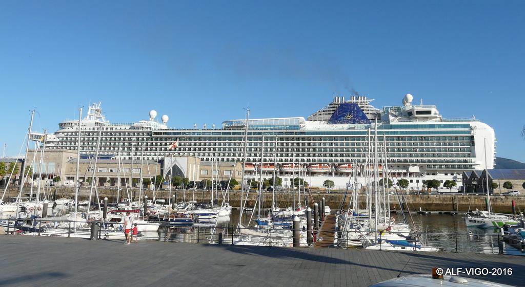 La presencia del buque destacó en el entorno portuario de Vigo