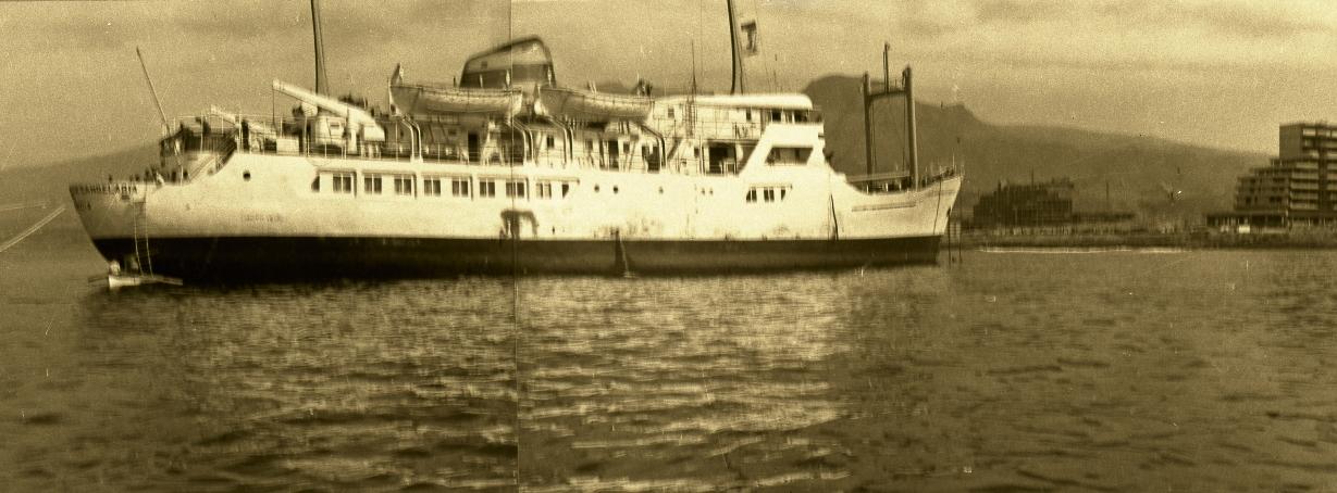 """El buque """"Santa María de la Candelaria"""", varado en la Punta del Camisón, donde años después también tocó fondo el buque """"Volcán de Tacande"""""""