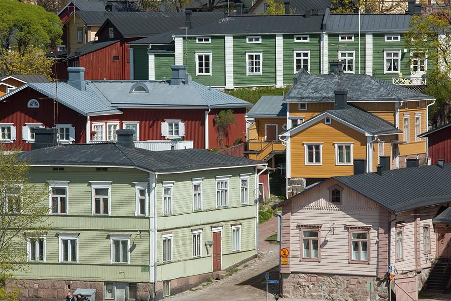 Casas de madera en calles estrechas y pendiente