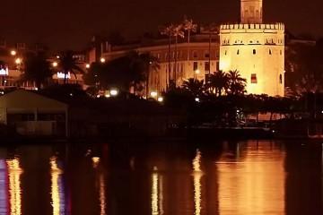 Vista nocturna de la Torre del Oro desde el puente de San Telmo