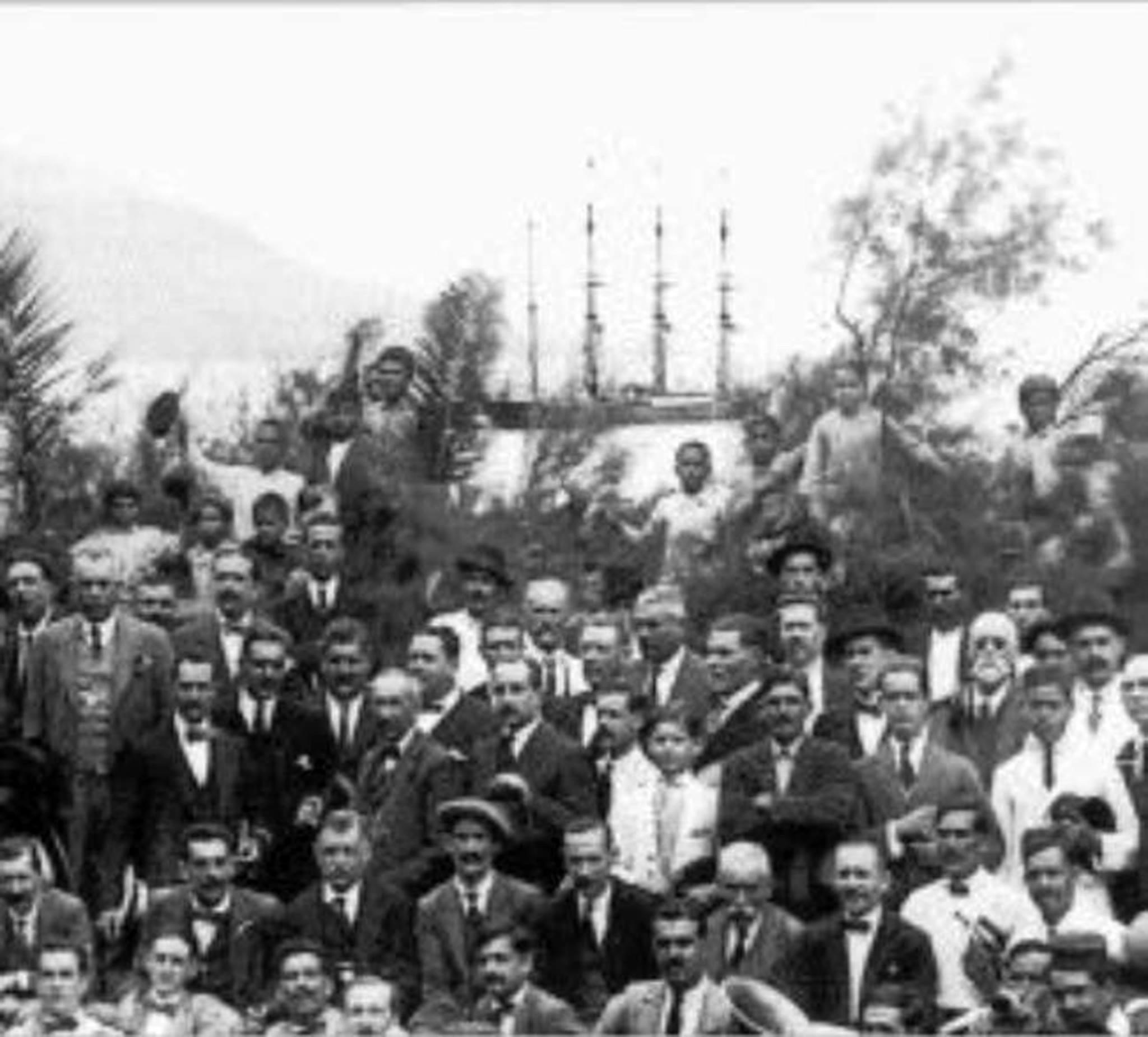 """Al fondo, los cuatro mástiles del """"Pamir"""" durante su estadía en La Palma"""