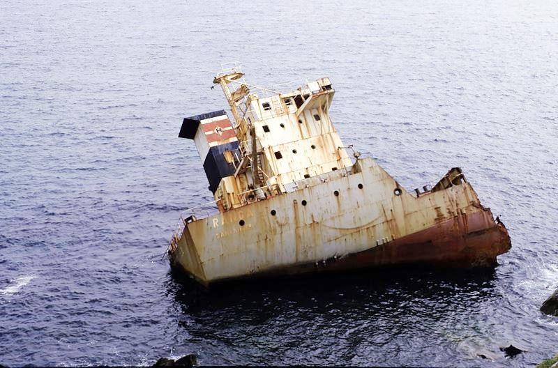 """La superestructura del buque """"Ranga"""", acostada sobre babor"""