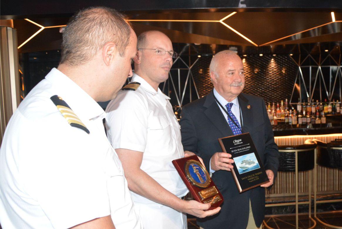 Ricardo Melchior y el capitán del buque, en el intercambio de obsequios