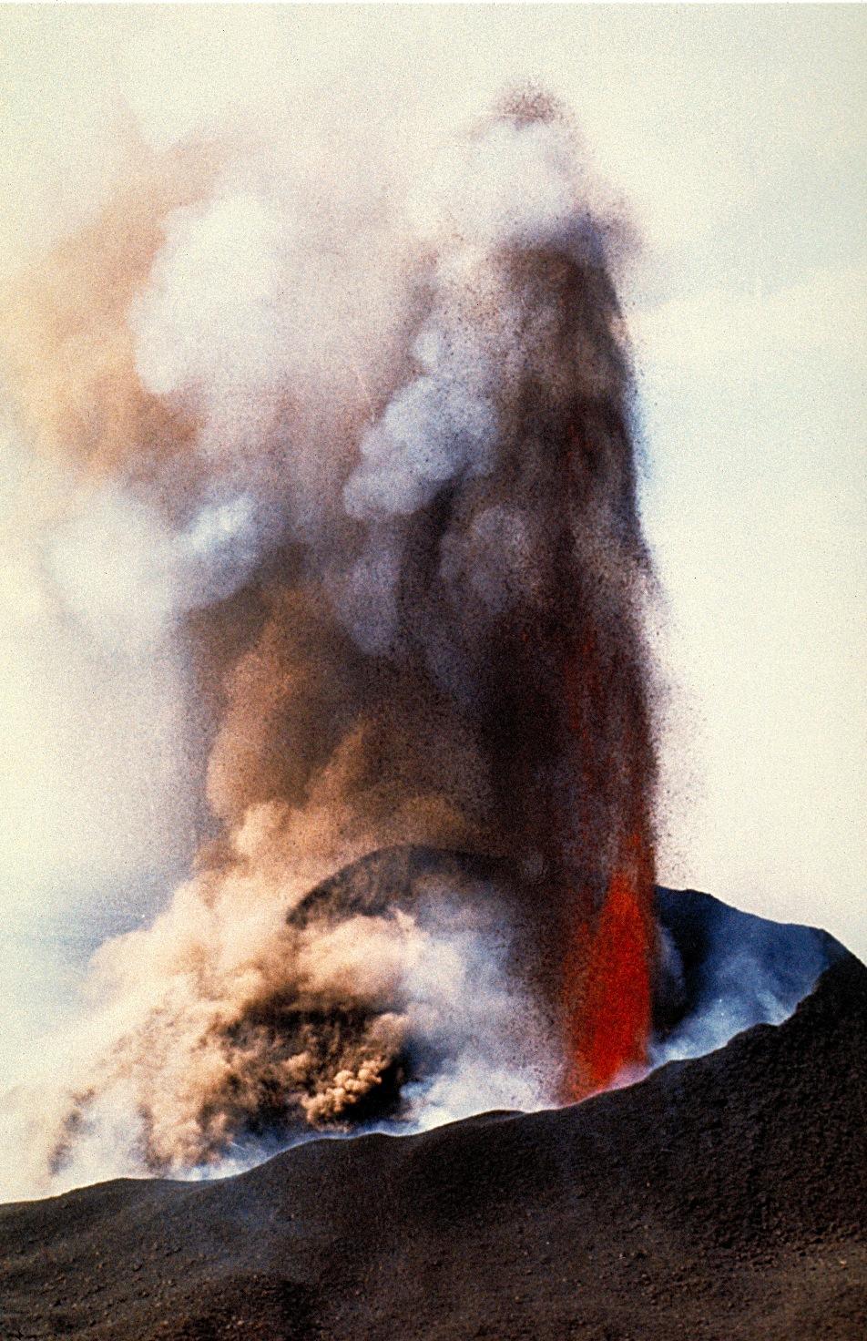 El volcán Teneguía (1971), en plena erupción