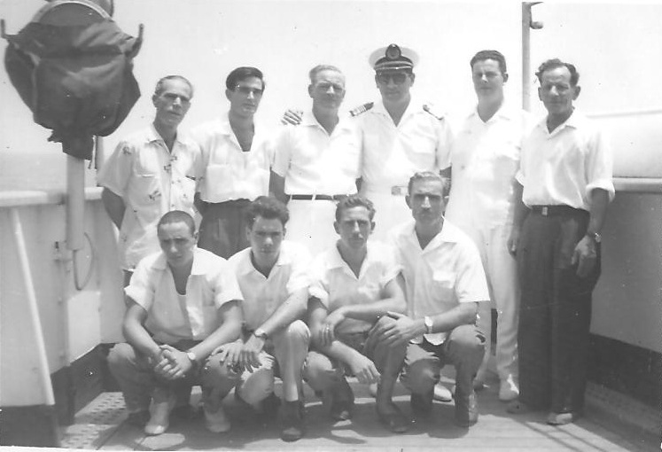 """Con el capitán del """"Avior"""" y su tripulación, a bordo del """"Montserrat"""""""