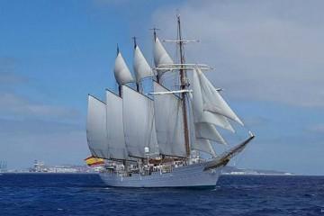 """El buque-escuela """"Juan Sebastián de Elcano"""", a su salida del puerto de Las Palmas"""
