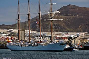 """El buque-escuela """"Juan Sebastián de Elcano"""", a su salida esta mañana del puerto de Las Palmas de Gran Canaria"""