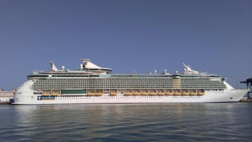 "El megacrucero ""Independence of the Seas"", en el puerto de Cádiz"