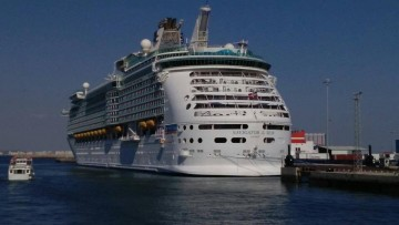 """El megacrucero """"Navigator of the Seas"""", visto por la aleta de babor"""