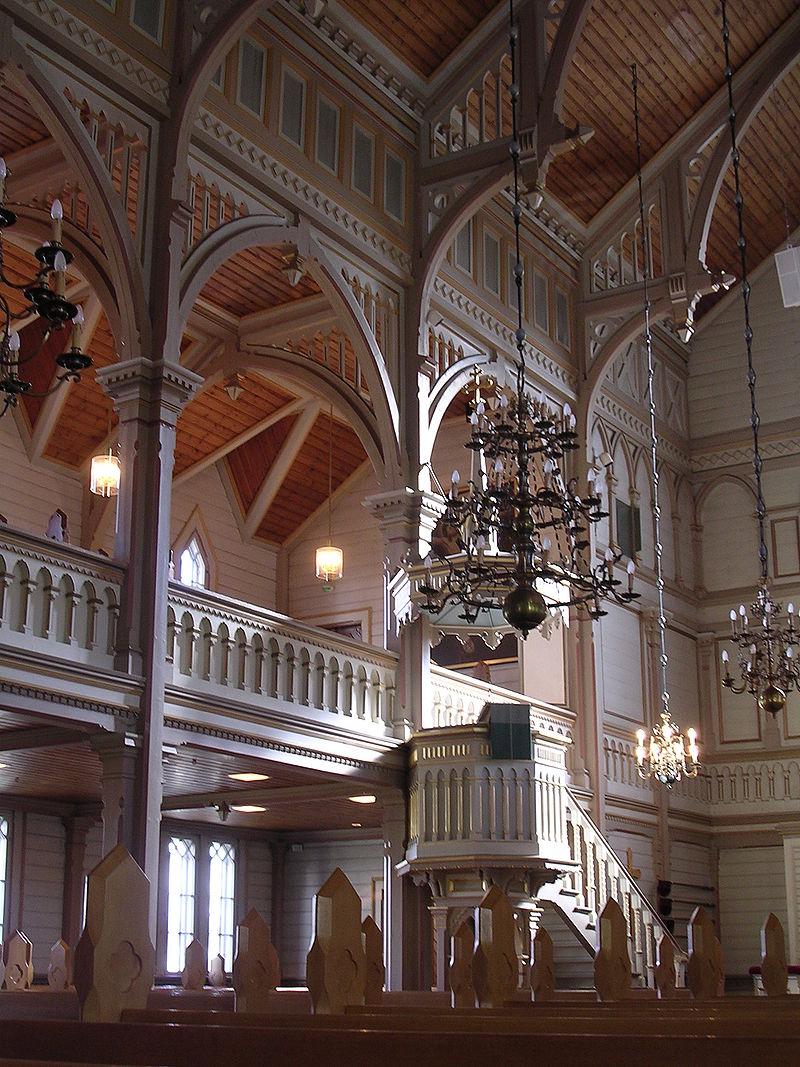 Detalle de la nave central, el púlpito y la galería del primer piso