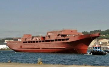 El casco del buque inacabado a su llegada a la factoría de Metalships & Docks