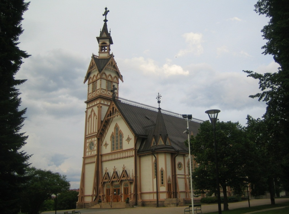 Vista de la fachada principal y la esbelta torre del campanario
