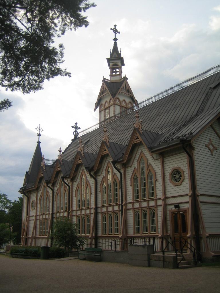 Lateral izquierdo. El edificio sigue el estilo neogótico de finales del siglo XIX