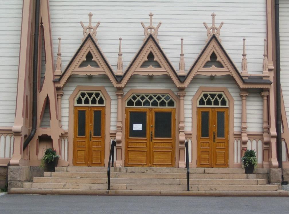 Puerta principal de acceso y detalle de la decoración superior