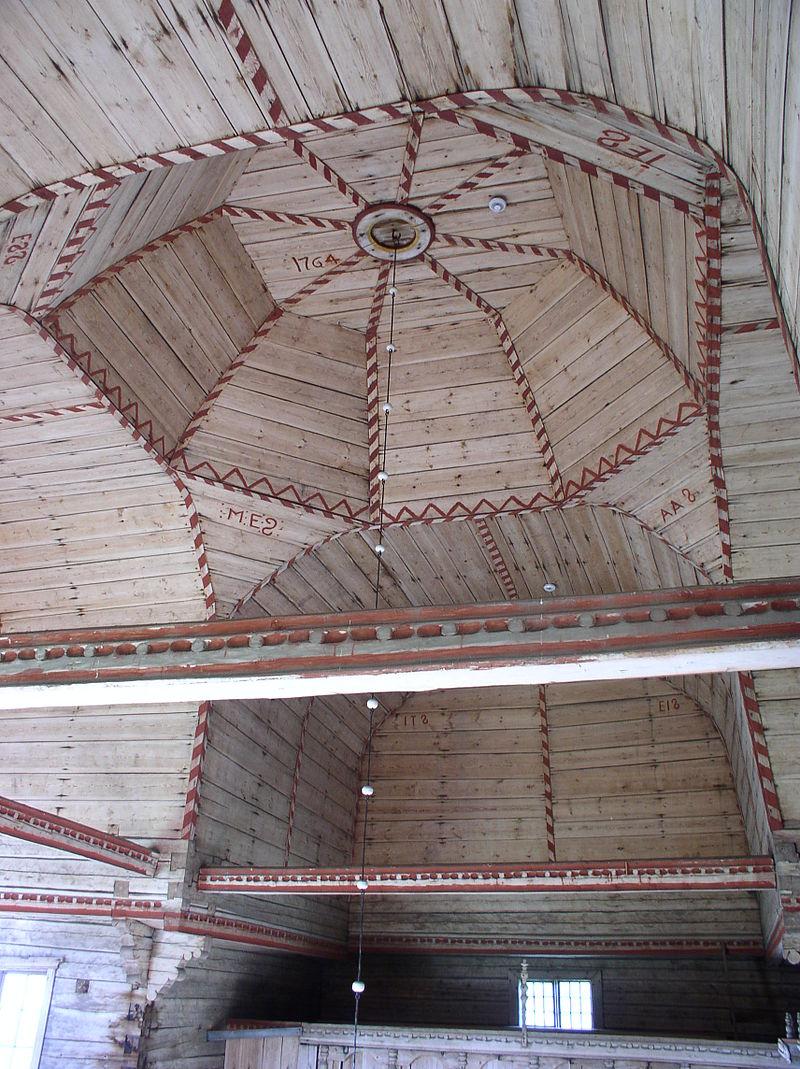 Iglesia vieja de Petäjävesi. Las naves están techadas con bóvedas altas
